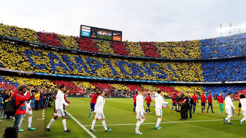 Foto: Los jugadores del FC Barcelona y del Real Madrid saltan al césped del Camp Nou.