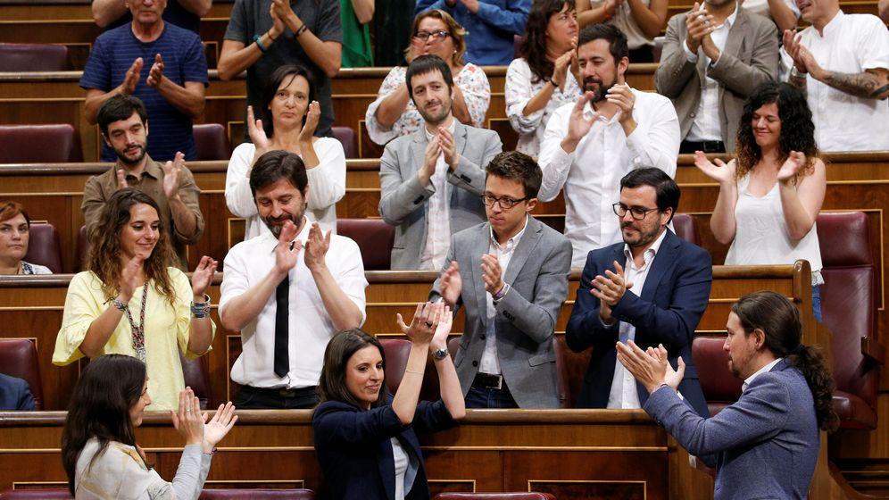 Foto: Los diputados de Unidos Podemos aplauden a Irene Montero tras su intervención en la moción. (Reuters)