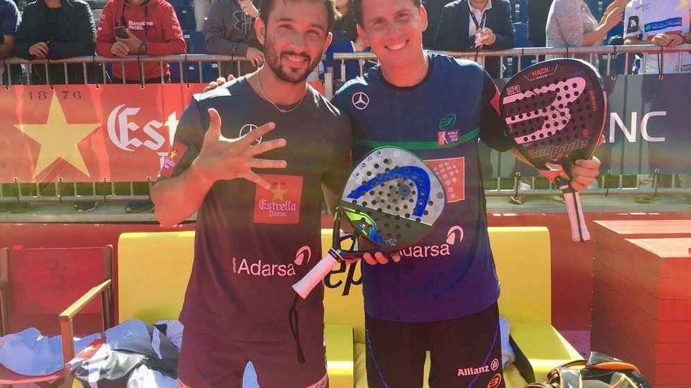 Foto: Sanyo Gutiérrez (i.) y Paquito Navarro (d.) celebran el quinto título de la temporada. (@WorldPadelTour)