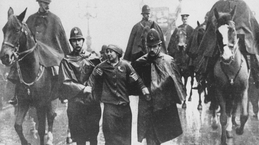 Foto: Sylvia Pankhurst arrestada durante unas protestas en Trafalgar Square