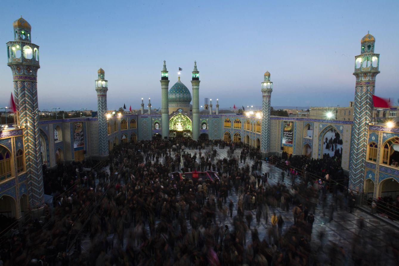 Foto: Iraníes congregados durante la festividad de la Tasoua, celebrada un día antes de la Ashura, en la ciudad de Aran, provincia de Isfahán (Reuters).