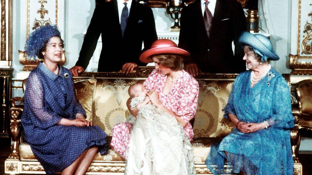Foto: Diana de Gales con su hijo Harry recién nacido y acompañada de parte de la familia real. (Cordon Press)