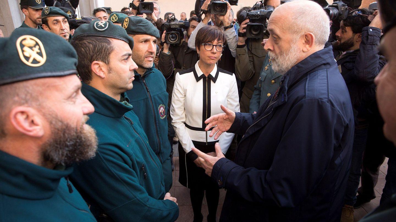 El director general de la Guardia Civil, Félix Azón, junto a la subdelegada del Gobierno en Málaga, María Gámez, saluda a los agentes de montaña que participaron en el operativo de rescate. (EFE)