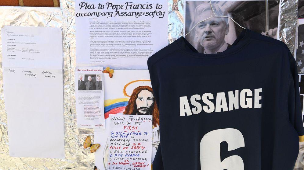 Foto: Mensajes de apoyo a Julian Assange en el exterior de la Embajada de Ecuador en Londres, en agosto de 2018. (EFE)