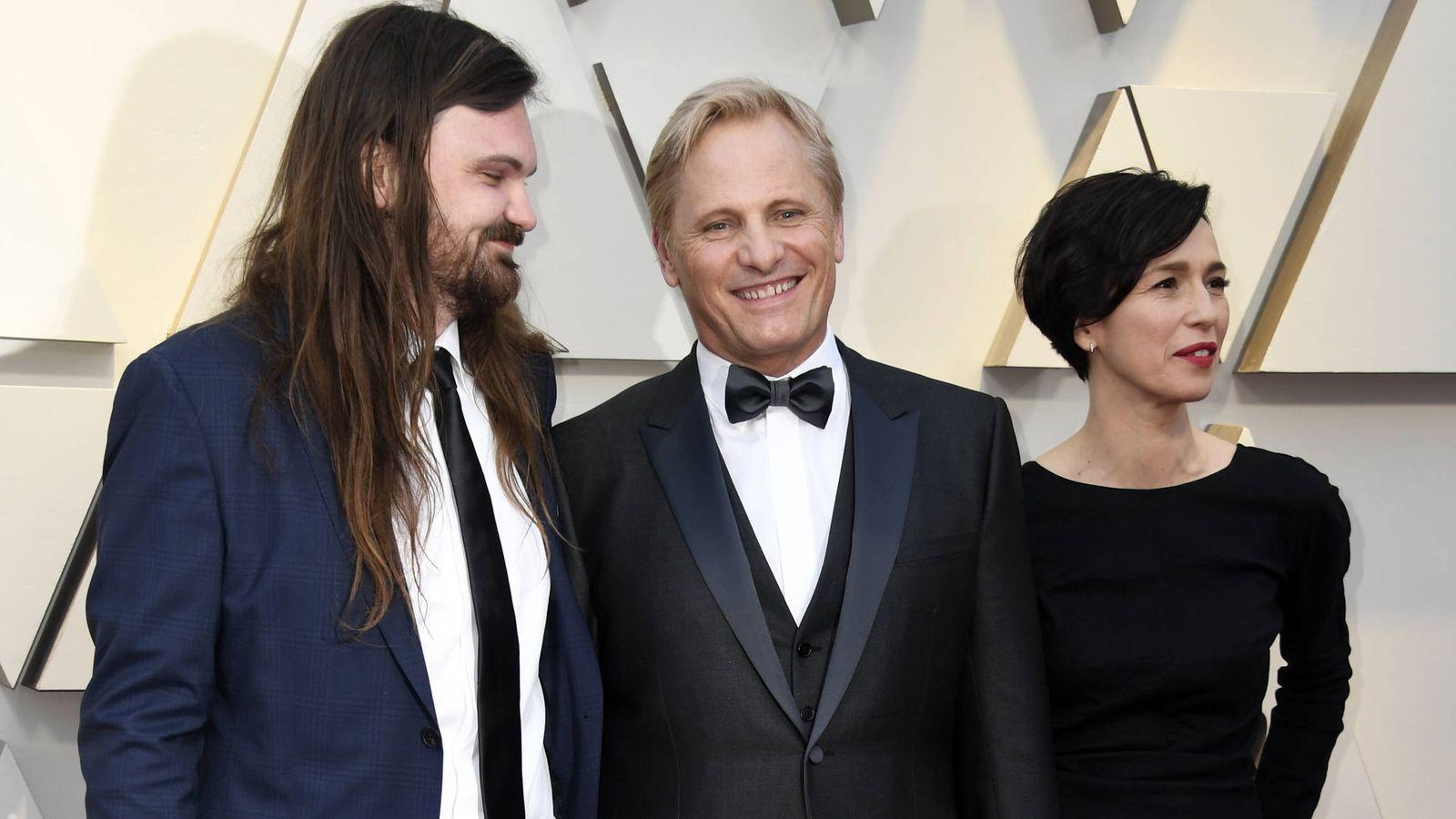 Foto: Henry y Viggo Mortensen junto a Ariadna Gil, en los Oscar. (Getty)