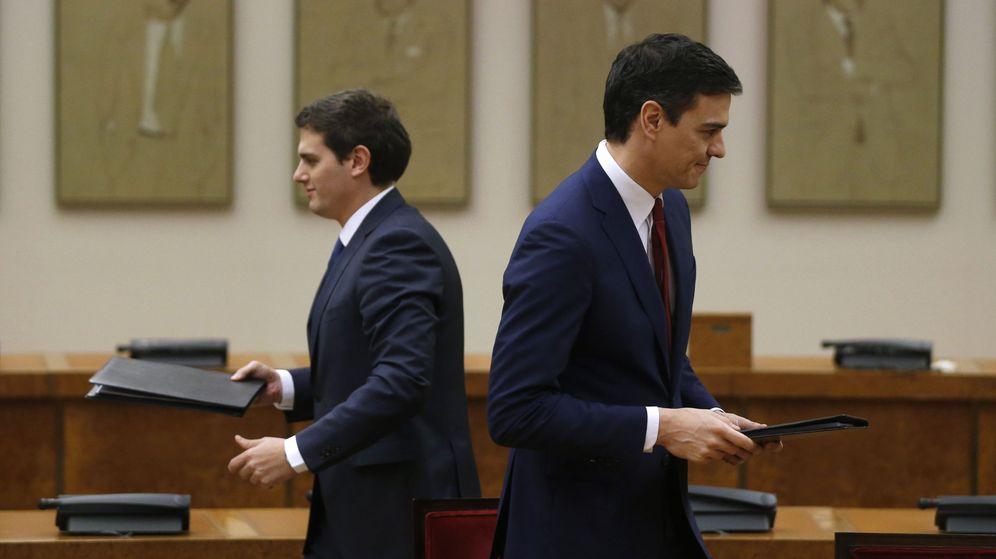 Foto: Albert Rivera y Pedro Sánchez, después de firmar su acuerdo PSOE-Ciudadanos, el pasado 24 de febrero en la sala Constitucional del Congreso. (Reuters)