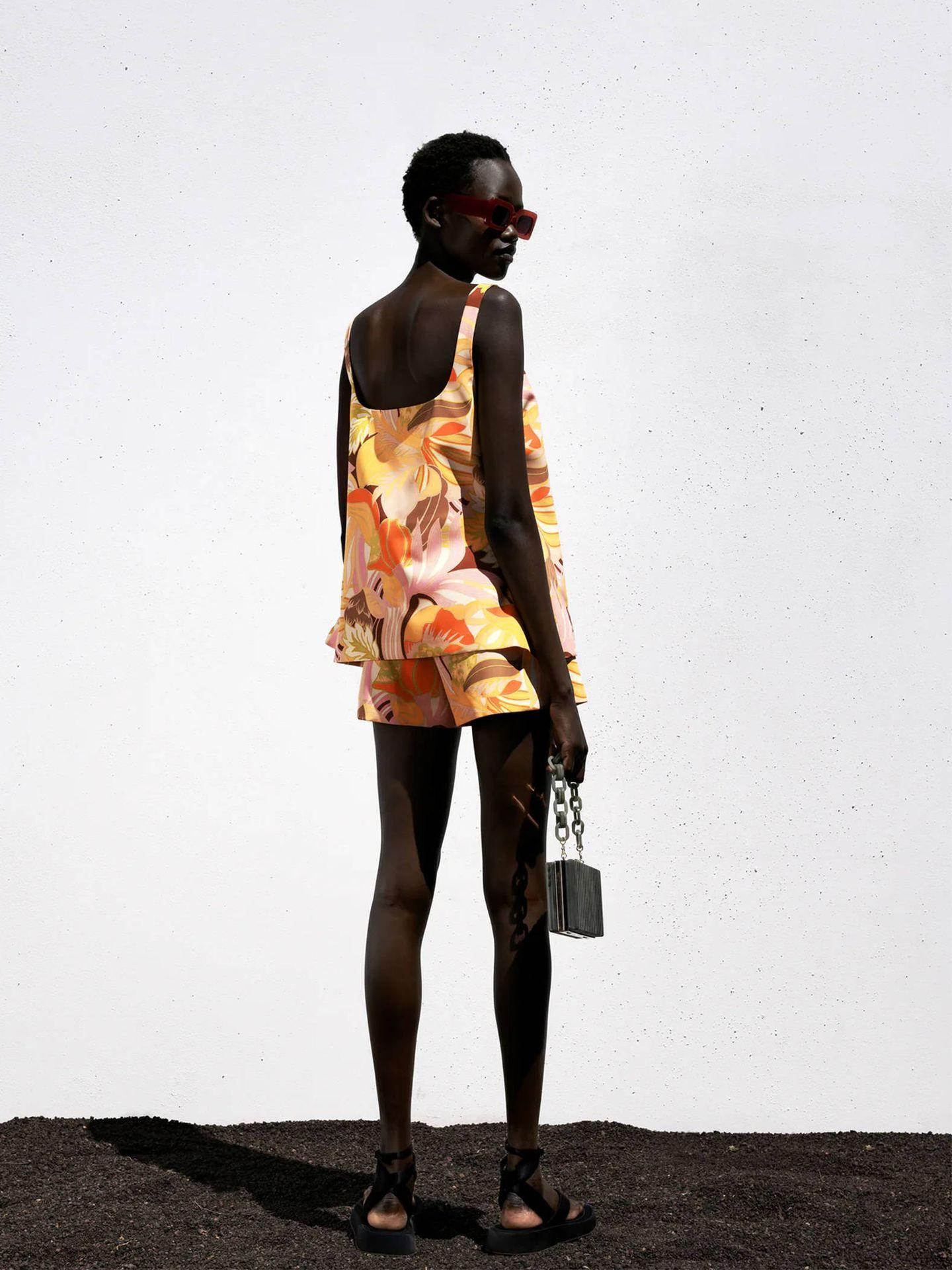 Top, pantalón y coletero de Zara. (Cortesía)