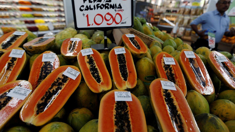 Sección de fruta de un supermercado con papayas.