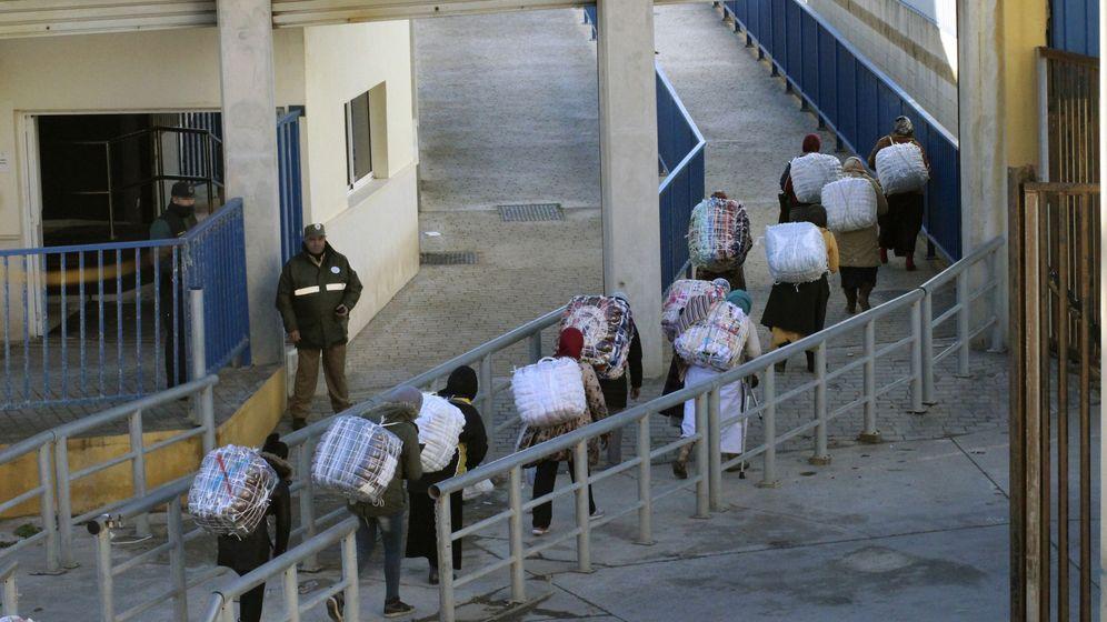 Foto: Porteadores en la frontera de  Ceuta. (EFE)