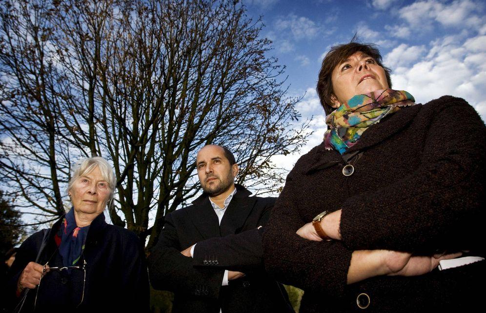 Foto: Ahmed Marcouch, junto a la madre del cineasta asesinado Theo Van Gogh, en un homenaje al difunto en noviembre de 2009 (EFE)