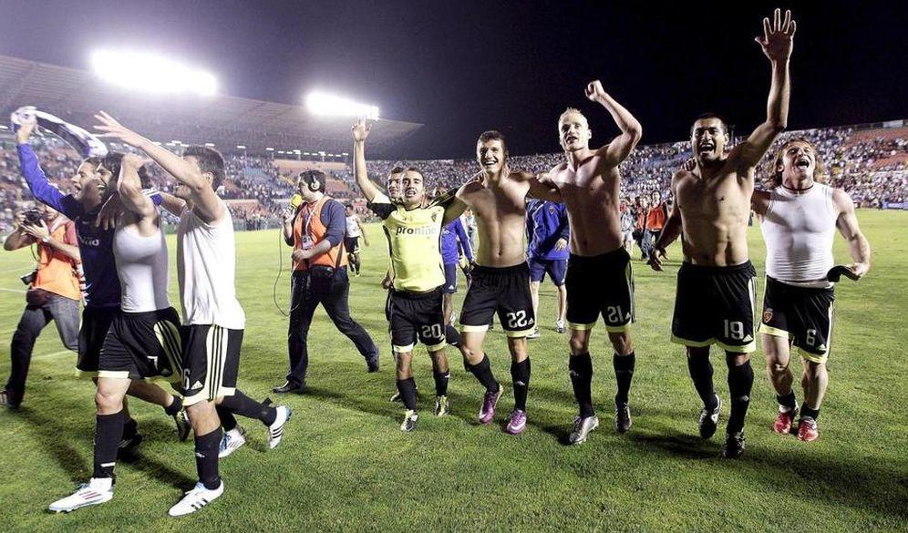 Foto: Los jugadores del Zaragoza celebran la salvación ante el Levante en un partido presuntamente amañado. (EFE)