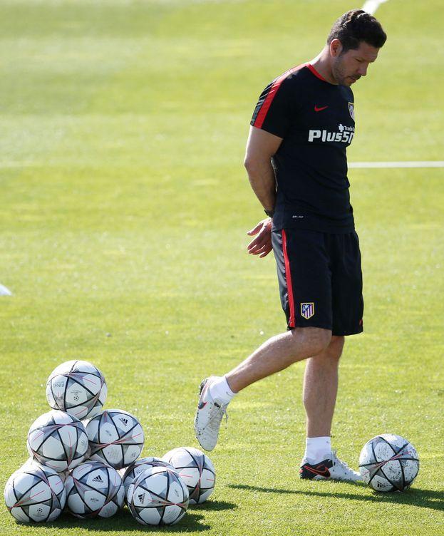 Foto: Simeone, rodeado de balones en el entrenamiento