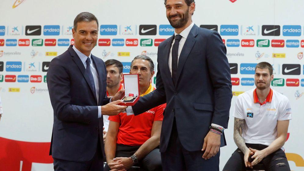 Foto: Pedro Sánchez recibe una medalla de manos del presidente de la Federación Española de Baloncesto, Jorge Garbajosa (d), en su visita a la selección masculina de baloncesto. (EFE)