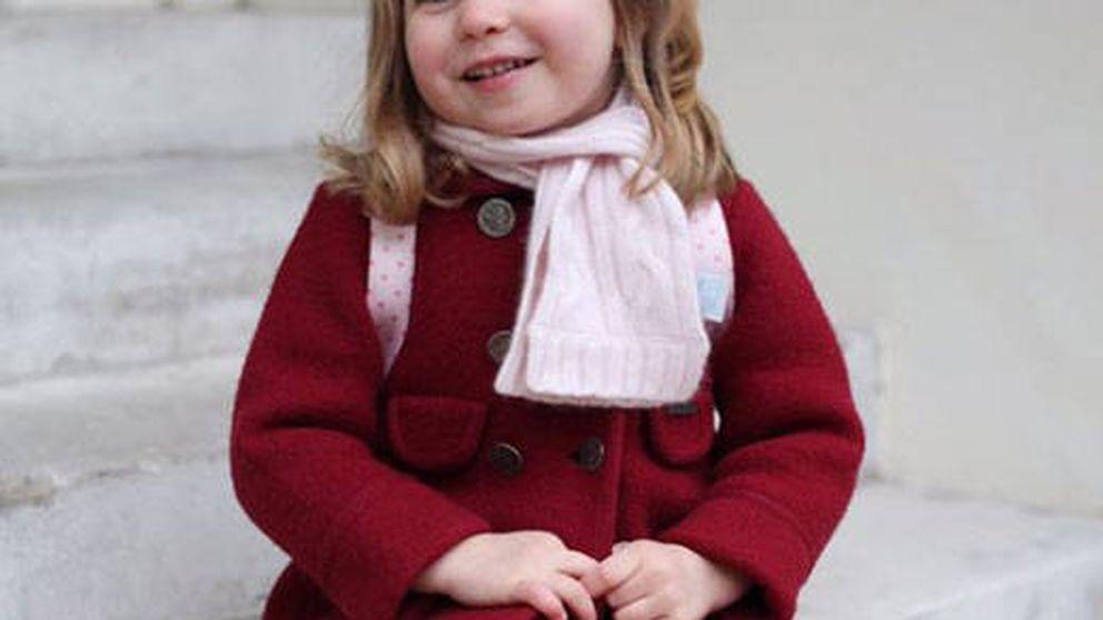 Una adorable princesa Charlotte posa en su primer día de guardería