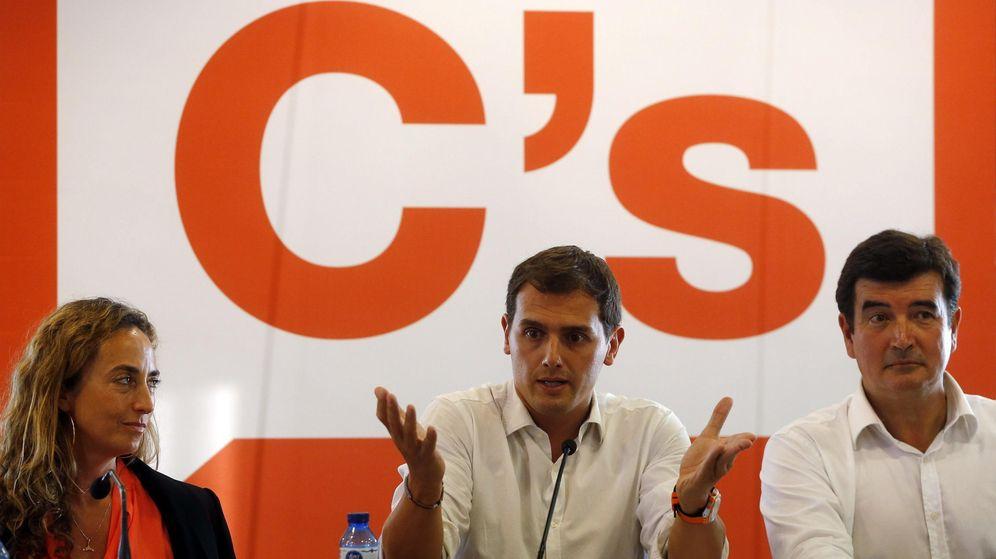 Foto: El presidente de Ciudadanos, Albert Rivera (c), la portavoz de Ciudadanos en Les Corts, Carolina Punset, y el portavoz en el Ayuntamiento de Valencia, Fernando Giner. (EFE)