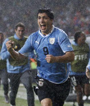 Foto: Luis Suárez y Forlán contra África