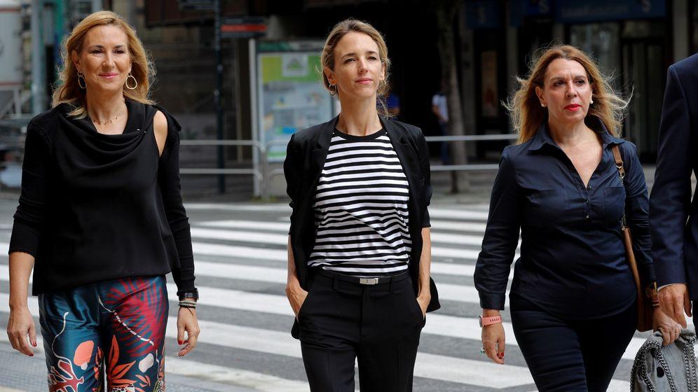 Foto: La portavoz del Partido Popular en el Congreso de los Diputados, Cayetana Álvarez de Toledo (c), y la presidenta del PPN, Ana Beltrán (i), en Pamplona, a su llegada al Parlamento de Navarra. (EFE)