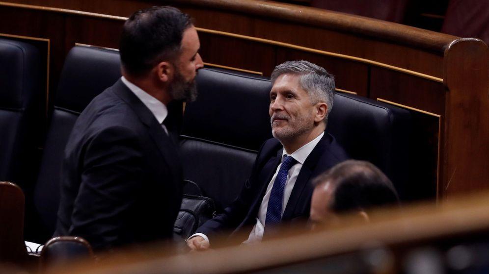 Foto: El líder de Vox, Santiago Abascal (i) pasa ante el minitro de Interior, Fernando Grande-Marlaska en el pleno el otro día. (EFE)