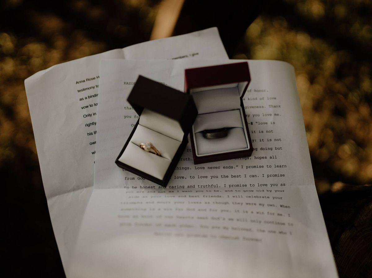 Foto: Imagen de las alianzas de una boda sobre los votos matrimoniales. (Fotografía de Ty Welch para Unsplash)