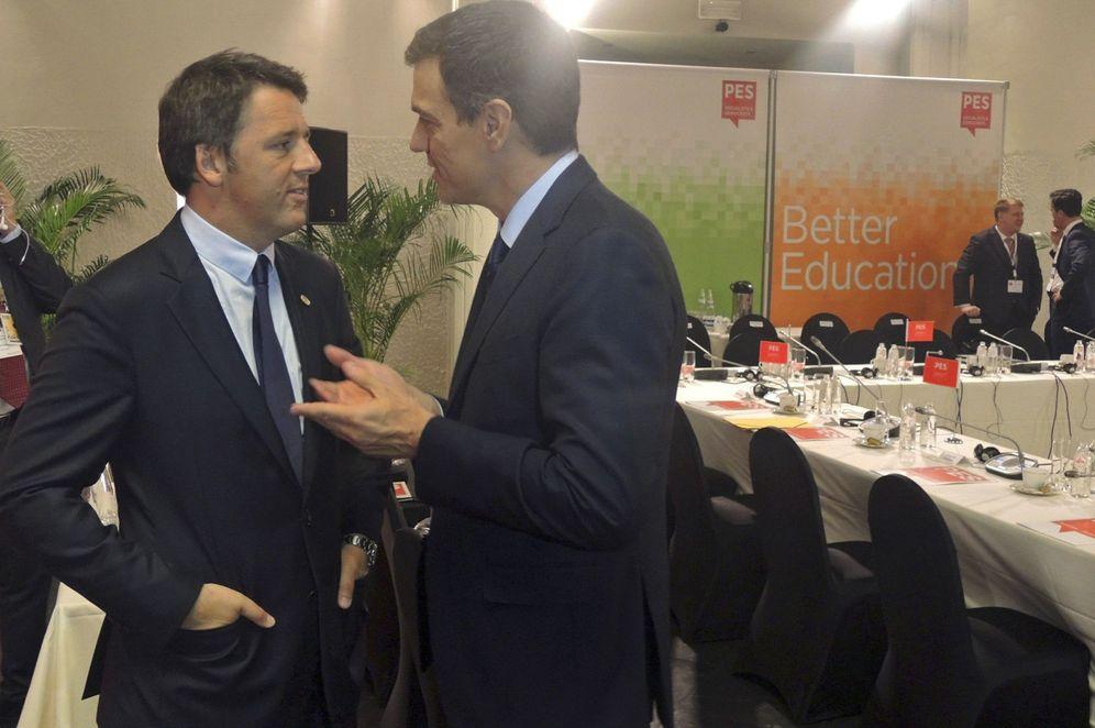 Foto: Pedro Sánchez charla con el primer ministro italiano, Matteo Renzi, este 28 de junio en Bruselas. (EFE)