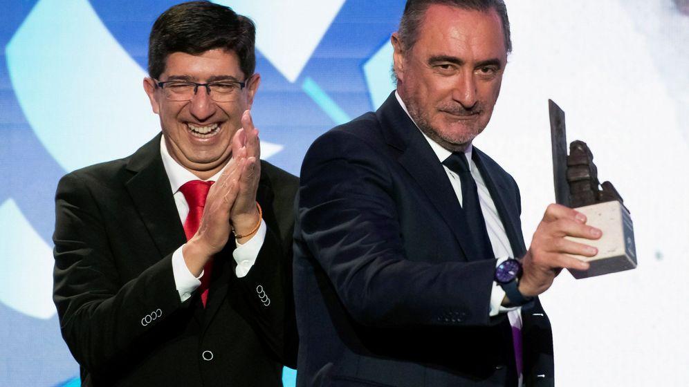 Foto: Juan Marín (i) entrega el galardón de embajador de Andalucía al periodista Carlos Herrera. (EFE)