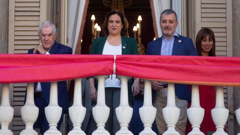 Foto: La alcaldesa de Barcelona, Ada Colau (2i), junto con los concejales de ERC, Ernest Maragall (i), y PSC, Jaume Collboni (2d). (EFE)