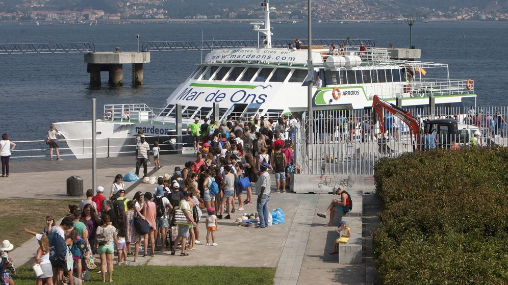 Foto: Usuarios esperando en la estación marítima de Vigo para embarcar hacia las Cíes, el pasado verano. (EFE)