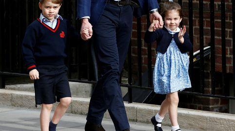 El motivo por el que George debe hacer la reverencia a Isabel II y Charlotte no