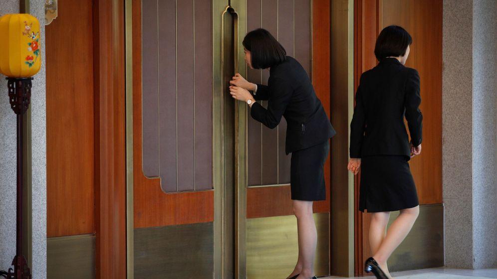 Foto: Una empleada china echa una ojeada al interior de una sala durante la reunión mantenida por el viceprimer ministro chino, Liu He, y el secretario del Tesoro estadounidense, Steven Mnuchin. (EFE)