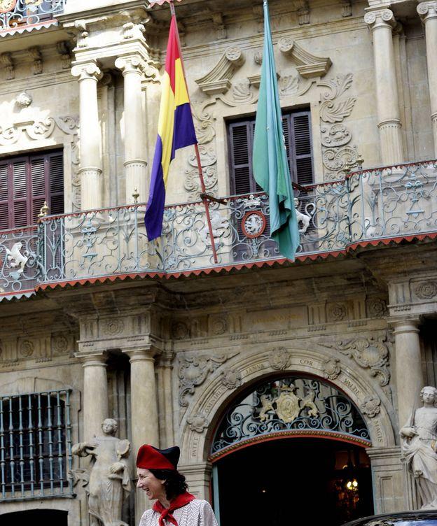 Foto: La bandera republicana ondea en el Ayuntamiento de Pamplona con motivo del rodaje de la película 'La conspiración'. (EFE)