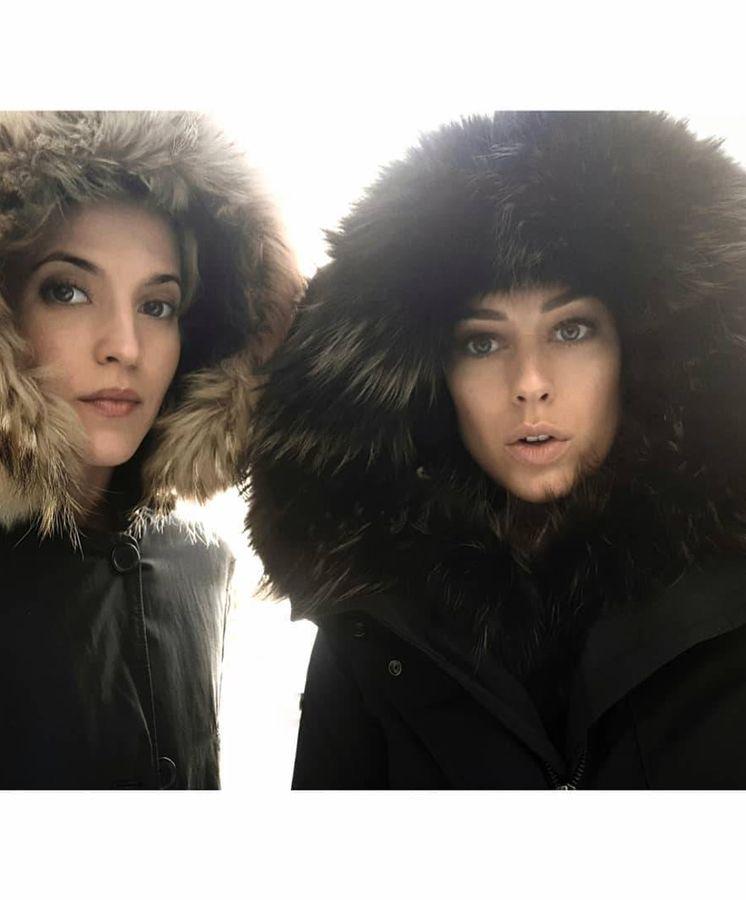 Foto: Ana Fernández y Blanca Suárez con la parka de Woolrich. (Redes)