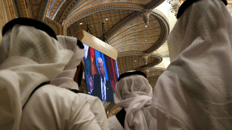 Varios saudíes siguen una intervención de Trump en Riad. (Reuters)