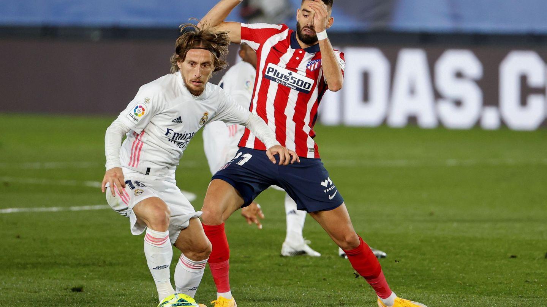 Luka Modric gana el balón a Carrasco. (EFE)