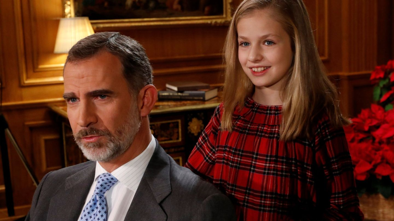 La princesa Leonor sonríe mientras su padre graba el discurso de Nochebuena. (EFE)
