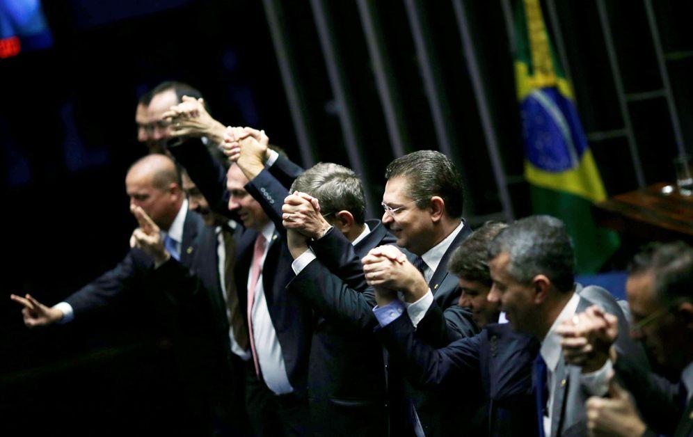 Foto: Senadores brasileños celebran el resultado de la votación para apartar a Dilma Rousseff, en Brasilia, el 12 de mayo de 2016 (Reuters).