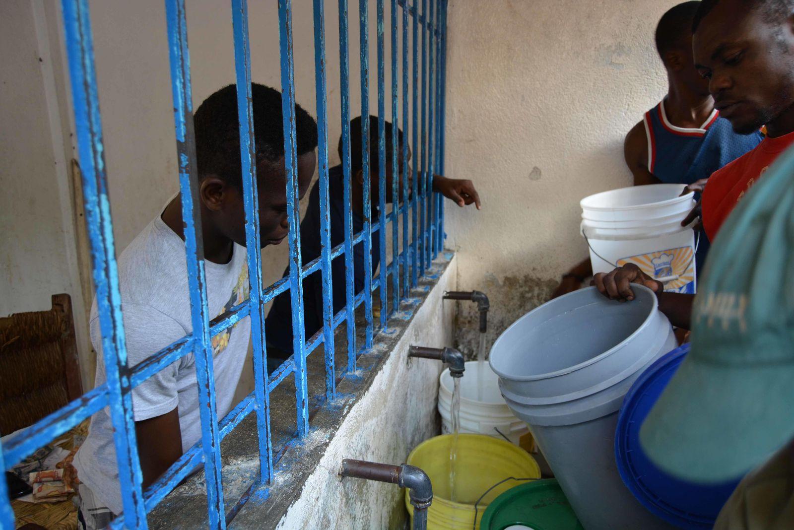Foto: Los quioscos proveen agua potable barata a la población más desfavorecida de Puerto Príncipe. (M. García Rey)