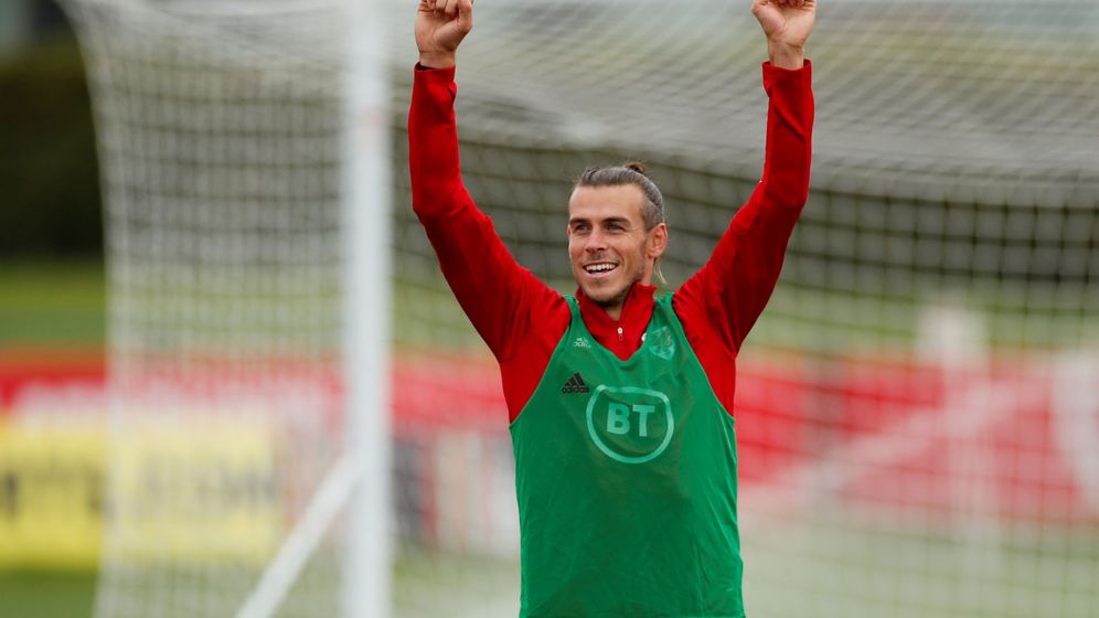 Foto: Gareth Bale levanta los brazos en un entrenamiento con la Selección de Gales. (Efe)