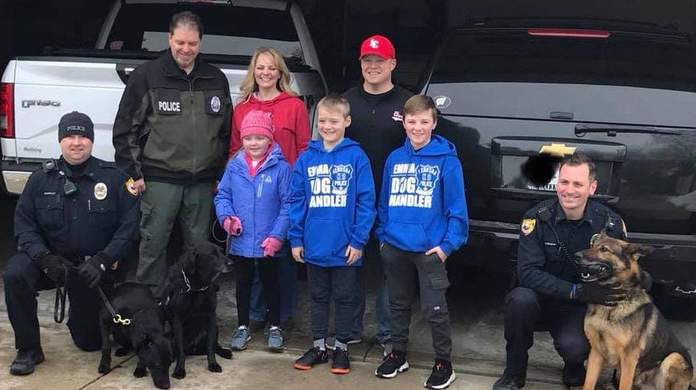 Foto: Emma, junto a su familia y algunos de los perros policía que fueron a visitarla (Foto: Facebook)