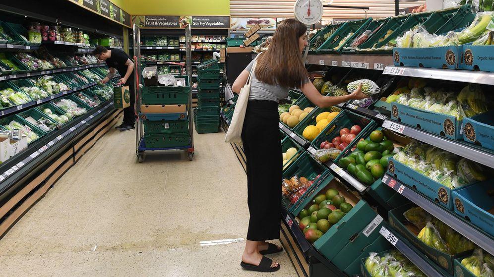 Foto: Una clienta compra fruta en un supermercado. (EFE)