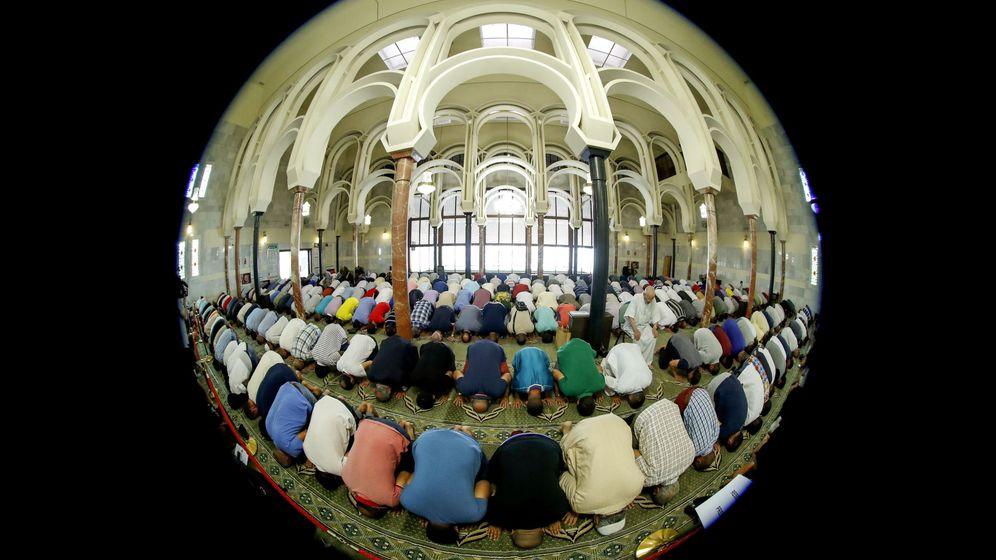 Foto: Rezo del viernes en la mezquita de Madrid. (EFE)