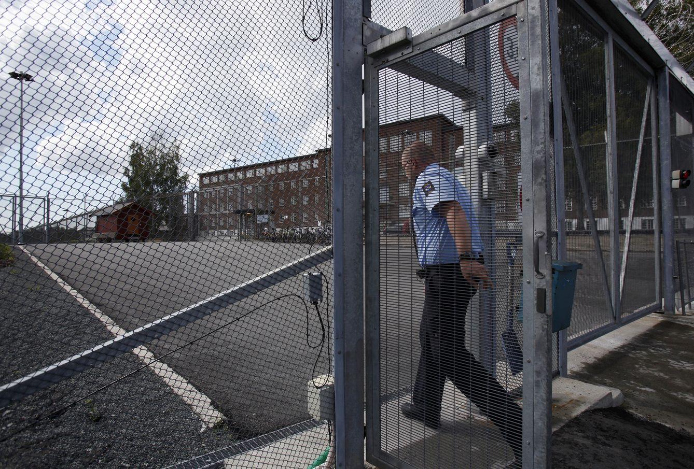 Foto: Un agente de policía entra en la prisión de Ila, en el pueblo de Eidsmarka, cerca de Oslo (Reuters).