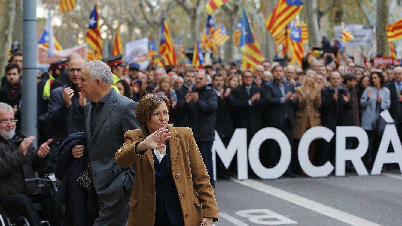Foto: Carme Forcadell, presidenta del Parlament, saluda a los concentrados antes de entrar al Tribunal Superior de Justicia de Cataluña (TSJC), el pasado 16 de diciembre. (EFE)