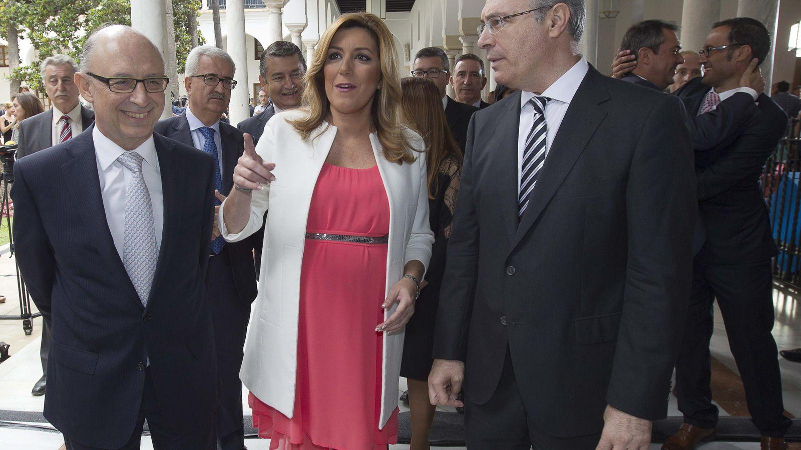 Foto: Susana Díaz junto al presidente del Parlamento, Juan Pablo Durán (d), y el ministro de Hacienda, Cristobal Montoro. (EFE)