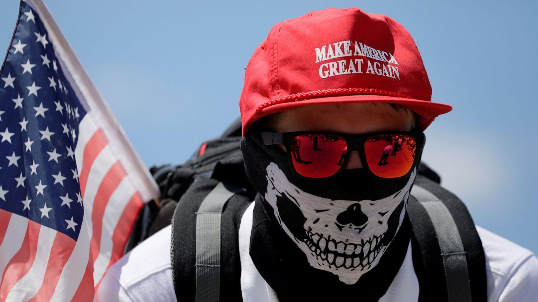 Un manifestante en un discurso de supremacistas blancos en Washington (Reuters)