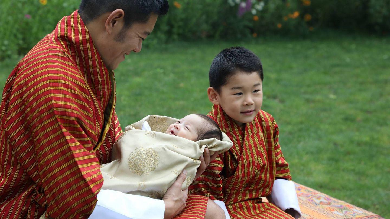 El 'rey dragón', con sus dos hijos. (Royal Office For Media)