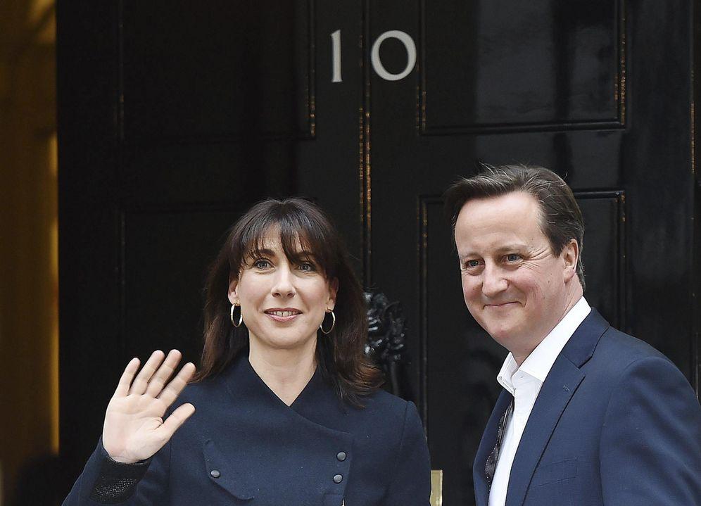 Foto: El primer ministro británico, David Cameron, y su mujer, Samantha, a su llegada al número 10 de Downing Street (Efe).