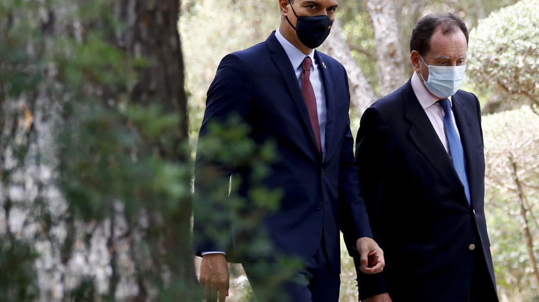 Jaime Alfonsín, jefe de la Casa del Rey, pasea con Pedro Sánchez. (EFE)