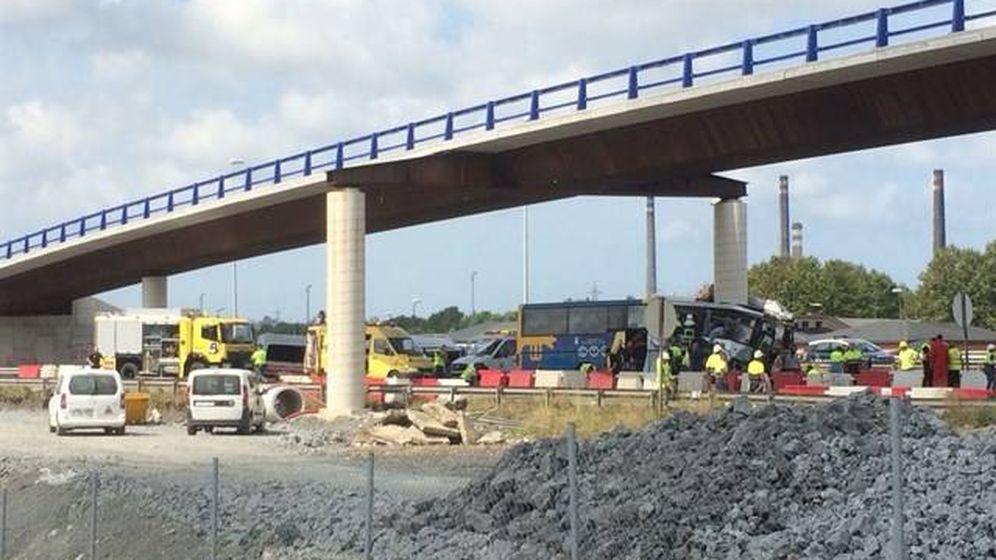 Foto: El accidente ha tenido lugar sobre las 13:40 cuando el autobús chocó contra un pilar de un paso elevado. (Europa Press)