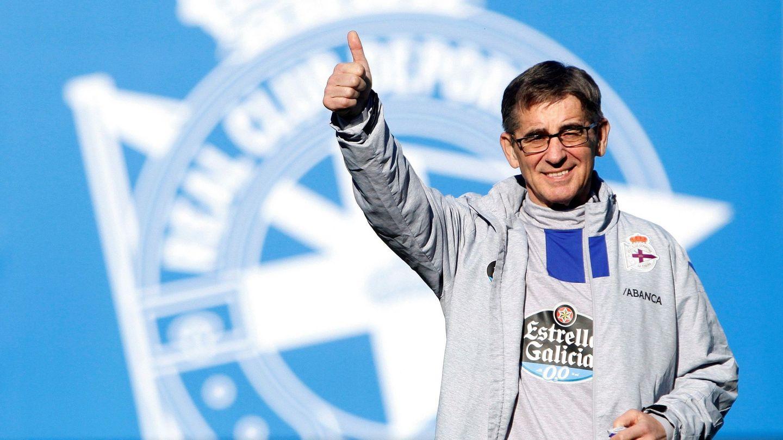 Fernando Vázquez, sonriente, nada más aterrizar. (EFE)