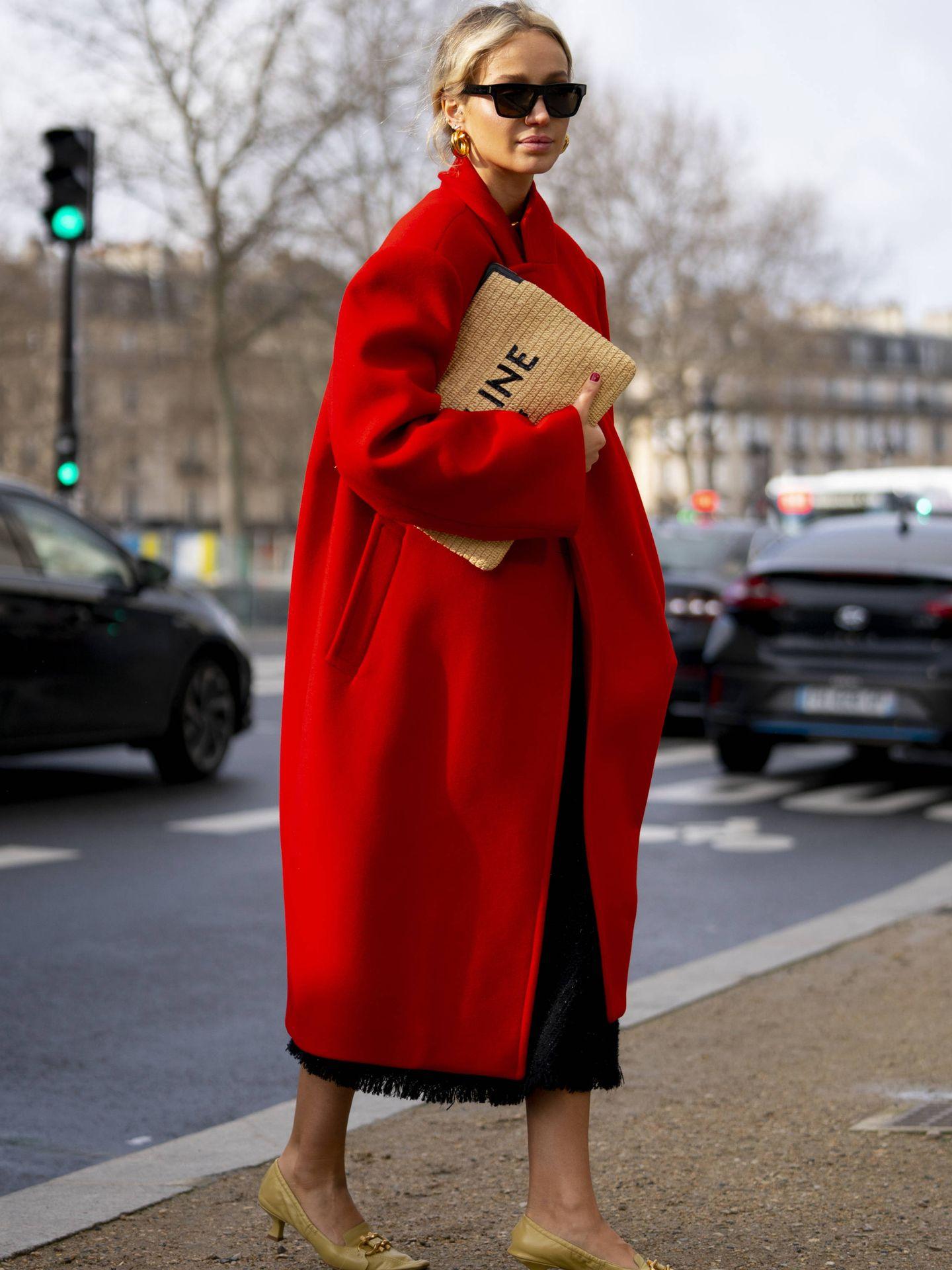 Una insider con un abrigo oversize de color rojo. (Imaxtree)